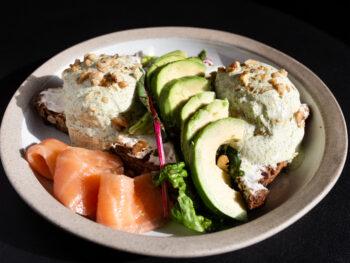 Тост с яйцом пашот, семгой и авокадо